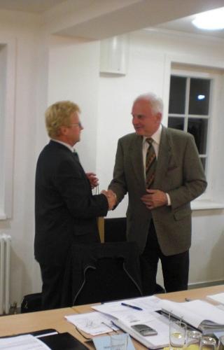 Herr Uwe Bossert bedankt sich bei Herrn Werner Stingel für dessen Arbeit als 1. Vorsitzender