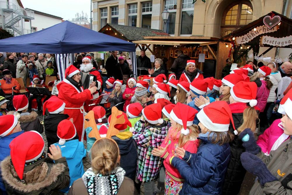 Selbstverständlich wurde vom Kinderchor unter der Leitung von Sybille Schwöbel-Sailer und dem von Rudi Sailer dirigierten Akkordeon-Orchester zum Auftakt des Sandhäuser Weihnachtsmarktes auch der Riesenhit