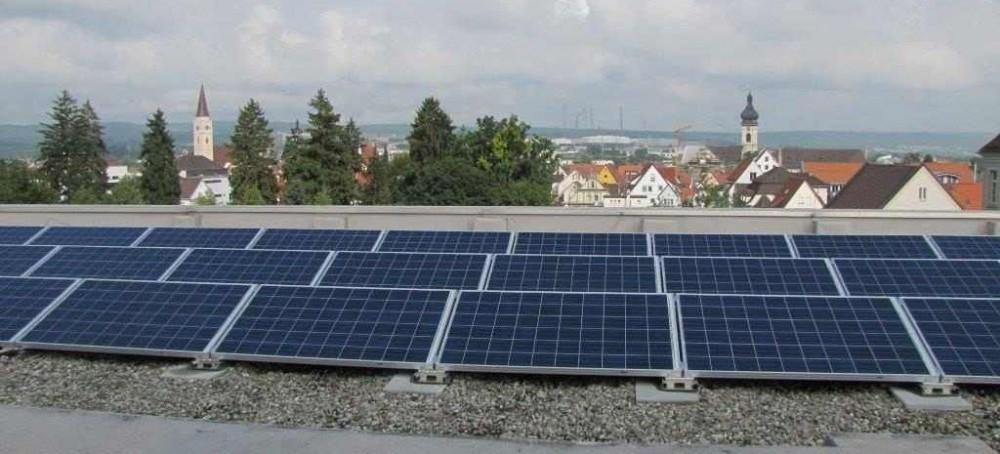 Auf 18 Dächern städtischer Gebäude hat die Stadt Photovoltaik-Anlagen installiert und erzeugt damit umweltfreundlichen Strom genau dort, wo er verbraucht wird.