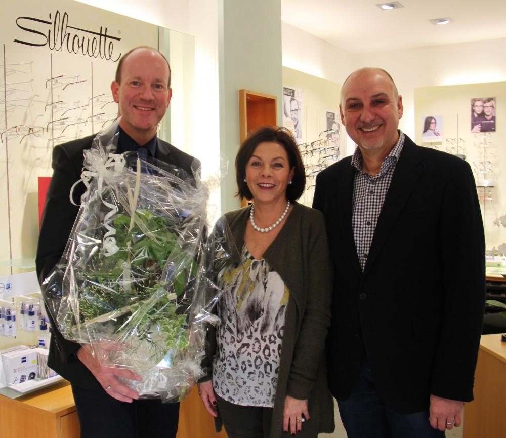 v.l.: Bürgermeister Oliver Schmid zusammen mit Kerstin und Ralf Schmid (Foto: Elena Bisinger)