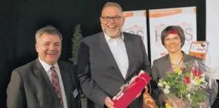 Geschenke für die Vitawell-Schirmherrin Dr. Martina Mittag-Bonsch und für OB-Stellvertreter Helmut W. Rüeck gab's von SHO-Geschäftsführer Thomas Radek (links).